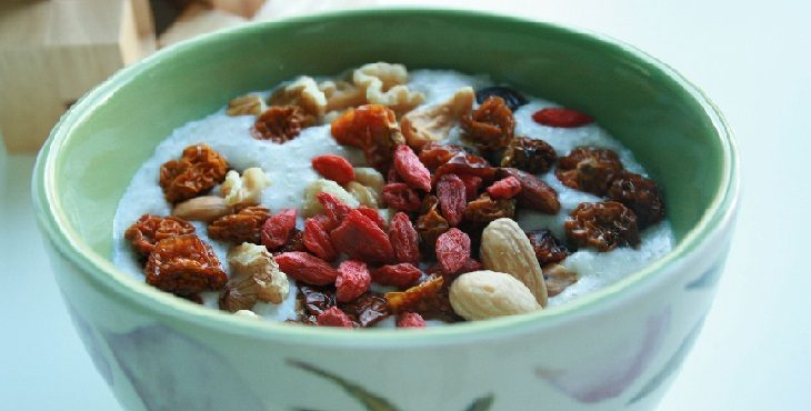 Image of a nutritious bowl of breakfast oatmeal with goji berries, inca berries, almonds, cashews and walnuts. Light Wave Health And Diet Suggestions